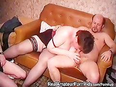 Starší tlustá žena v domácnosti, v stckings je v prdeli dva muži a vzít obličej