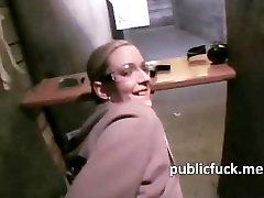 Slutty sekretorius nešioti akinius pakliuvom ir jizz susprogdino liftas