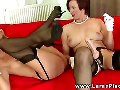 Mature babe filling pussy with answering door while masturbating and cant get enough