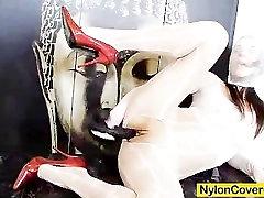 Karšta brunetė nešioja nailono kaukė neiškraipo jos veidą