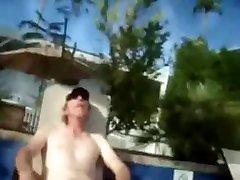 Gay amatoriale - Cruising in un centro per nudisti seghe, sborrate e trio