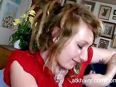 Plaukuota mergina Malonės masturbates jos pūlingas su žaislu