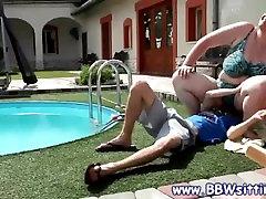 Apaļš slampa ieņem vietu uz viņa sejas ar baseinu