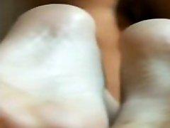 Gros cul sexy et jolis pieds de latina
