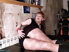 vroča ženska v kratkem krilu draži rit-amaterski solo