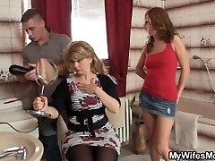 Ji išėjo, ir jis fucks jos sexy mama