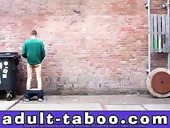 Ein Girl Und 2 Typen Pissen An Die Wand