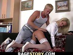 blondinka v belih nogavicah, divja po pasje