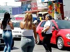 कार्रवाई की तलाश में मैक्सिकन सड़क लड़कियों