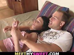 זוג זקן מפתה את חברתו הצעירה לסקס בוגדני