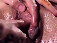 lezbične orgazemske češplje igrajo masažo