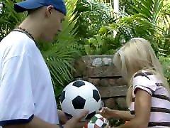 सुनहरे बालों वाली फुटबॉल फुटबॉल आउटडोर sg cynth के लिए उठाओ