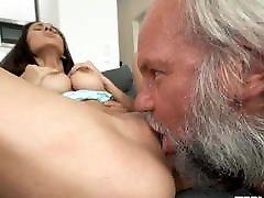 पुराने ग्रे बुश के लिए सेक्सी लड़की