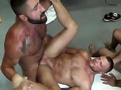 trois males baisent dans les vestiaires
