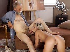lepa blondinka s popolnim telesom se ljubi s starim dudom.
