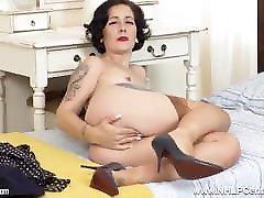Sexpot brunette pantyless wanking in vintage garters nylons