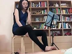 piflarka, nedolžna japonka, ki se rada igra z nogami