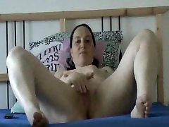 madura tube amateur masturbates on webcam