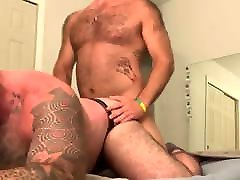 Hairy muscle fucks daddy bear
