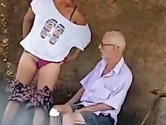 Safada dando pro velhinho na rua Bitch fucking with quinn wilde game room man