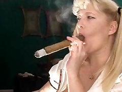 छात्रा के साथ सिगार