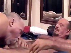 Dois dady bears fazendo sexo gostoso dando e gozando muito foda boa macho!