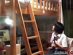 japonka postane poredna v hostlu in konča na skrivnem posnetku