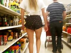 Candid bini nak kuluar boys son mom ass in flower short shorts