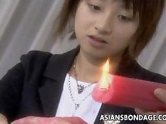एशियाई लड़की एक गांठदार बंधन झटका