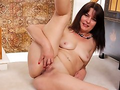 Pantyhosed milf Lani Lee from the US plays with her pussy