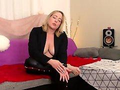 Heiße blonde reife MILF hat heimliche BI Sex Frauen Fantasien