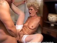 Une vielle nympho se tape un jeunot