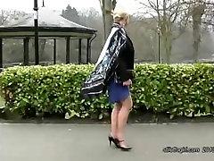Karšto blondinai turi gražių kojų ir seksuali pora aukšto kulno batai
