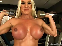 Female bodybuilder with a dever aur bhabi srx sister masturbating in bathtub in the gym