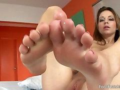 Kiera Winters Sucking her feet