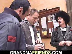 dva prijatelja pobereta in pokavsata kosmato, suho babico