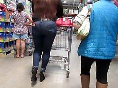 בחורה מקסיקנית עם תחת סקסי בג ינס צמוד ועקבים גבוהים