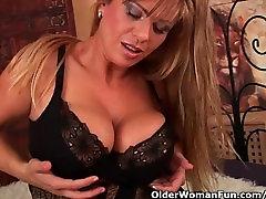 Brandi mama su big boobs fucks dildo