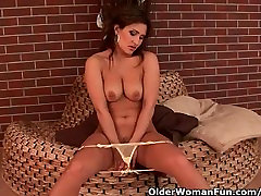 Sensual porny ohio beauty with nice tits loves dildoing
