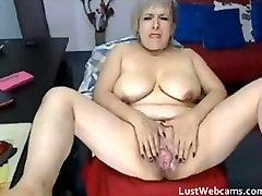 Zrelá žena masturbuje pred webkamerou