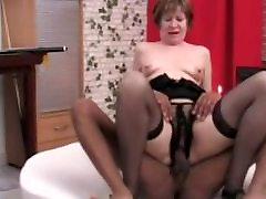 Nuostabi Speneliai Saggy Krūtinėmis curvy mom son forced Sucks ir Fucks