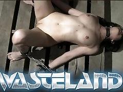 Susijusi ir handcuffed ir traktuojami kaip vergas