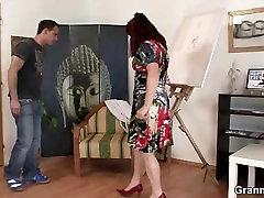 Zrel paintress vozi njegov teen petelin