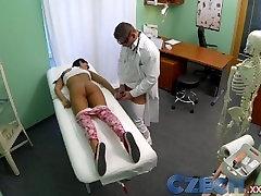 रोगियों के साथ बंद नहीं करता है डॉक्टर उसके झुकने से अधिक तालिका