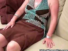 Mature moms hairy casados con gy gets the finger fuck treatment