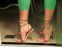 उच्च ऊँची एड़ी के जूते पैरों को छेड़ो
