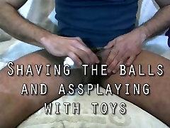 Raseerimine pallid ja mängib mänguasjadega