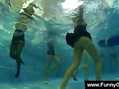 Mergina lyžis pute metu, baseinas šalis