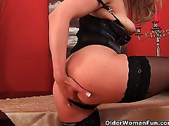 Sultry tweaking neked lady stretches her wanton pussy and squirts