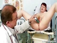 Zrel Olga je njen rdečelaska kosmato muco gyno spekuluma pregledal zdravnik gyno